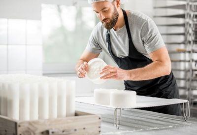 Facharbeiter_in_Molkerei_Kaesewirtschaft_627704300 - FacharbeiterIn Molkerei- und Käsewirtschaft